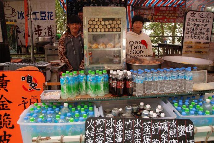 Jeunes vendeuses de boissons fraiches à l'entrée du chemin