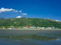 Vue des montagnes où nous allons randonner depuis la plage