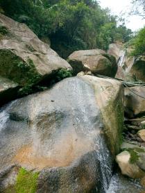 cascade de Yuanjue avec ses gros rochers